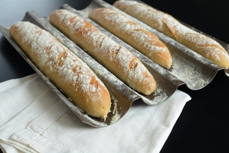une-petite-baguette--magique-franzosisches-baguette-selber-backen-backen-top-10-brot-fruehstueck-hauptspeisen-rezepte-nachspeisen-suppen-vesper-franzosisch-kochen-by-aurelie-bastian