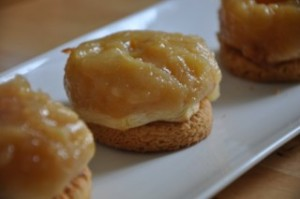 tatin-sur-palet-breton-kleiner-apfelkuchen-auf-bretonische-kekse-backen-rezepte-nachspeisen-franzosisch-kochen-by-aurelie-bastian