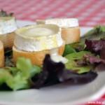 Salade de chèvre chaud (Salat mit überbacken Ziegenkäse)