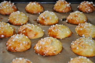 chouquettes-mit-zucker-bestreute-innen-hohle-windbeutel-backen-kekse-platzchen-rezepte-nachspeisen-franzosisch-kochen-by-aurelie-bastian