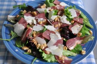 salade-de-magret-de-canard-fume-salat-mit-geraucherte-barbarieentenbrust-fleisch-hauptspeisen-rezepte-salat-vorspeisen-franzosisch-kochen-by-aurelie-bastian