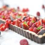 Tarte figues, groseilles, framboises et tonka