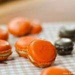 Macarons pour Halloween : safran-vanille, Carambars et chocolat croquant (Macarons für Halloween : Safran-Vanille, Carambars und Schokolade mit Krokant)