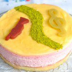 Gâteau d'anniversaire léger comme un nuage, trio framboises-citron vert-pistache (Geburstagkuchen leicht wie eine Wolke, trio von Himbeeren-Limette-Pistazien)