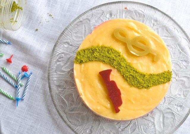 Rezept: Gâteau danniversaire léger comme un nuage, trio framboises citron vert pistache (Geburstagkuchen leicht wie eine Wolke, trio von Himbeeren Limette Pistazien)   www.franzoesischkochen.de