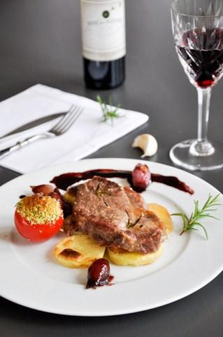 Steak de porc iberique, tomates à la provencale et échalottes confites, et steak de charolais (Steak von Iberico Schwein und Charolais mit provenzalischen Tomaten und Schalottenconfit)
