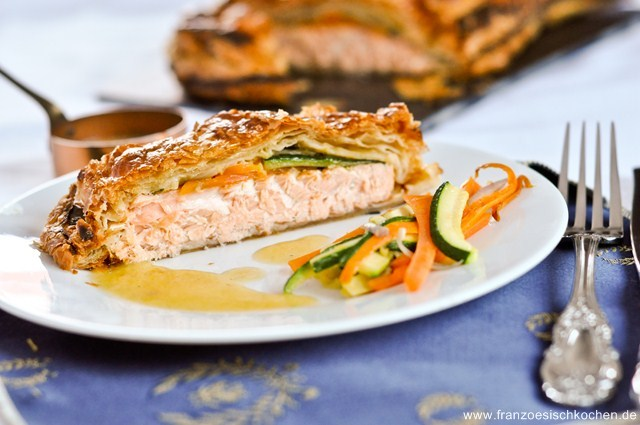 Feuilleté saumon, petits légumes et sauce à l'estragon (Lachs im Blätterteig, klein Gemüse et Estragon Sauce)