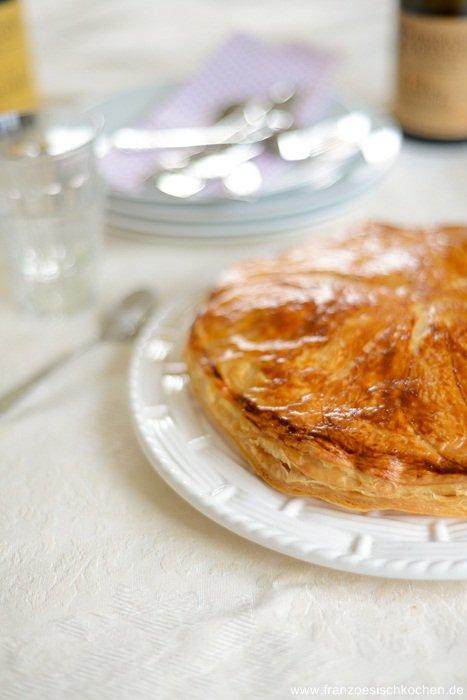 Rezept: Galette des rois frangipane et pommes ( Traditioneller Kuchen zum Dreikönigsfest mit Fragipane und Apfelmus)    www.franzoesischkochen.de