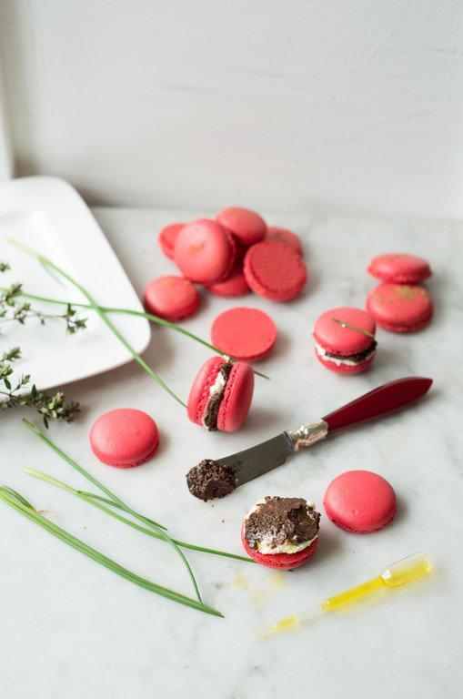 herzhafte-macarons-mit-tapenade-und-olivenol--macarons-a-la-tapenade-pour-laperitif-aperitif-backen-geschenk-macarons-rezepte-snacks-und-kleine-gerichte-vorspeisen-franzosisch-kochen-by-aurelie-bastian