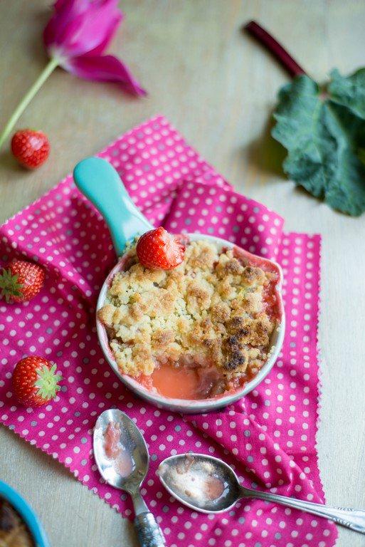 crumble-grundrezept-mit-rhabarber-und-erdbeeren-crumble-fraisesrhubarbe-fruehstueck-kinder-rezepte-nachspeisen-snacks-und-kleine-gerichte-vesper-franzosisch-kochen-by-aurelie-bastian