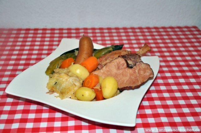 Potée Lorraine (ein deftiger Eintopf mit Kohl, diversen Gemüsen und Würstchen)