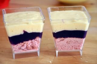 verrines-a-la-violette-chocolat-blanc-et-biscuits-roses-de-reims-verrines-mit-veilchen-weisse-schokolade-und-rosa-biscuits-aus-reims-dsc7996-320x200