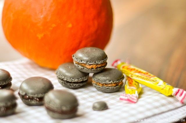 macarons-pour-halloween--safranvanille-carambars-et-chocolat-croquant-macarons-fur-halloween--safranvanille-carambars-und-schokolade-mit-krokant