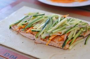 feuillete-saumon-petits-legumes-et-sauce-a-lestragon-lachs-im-blatterteig-klein-gemuse-et-estragon-sauce