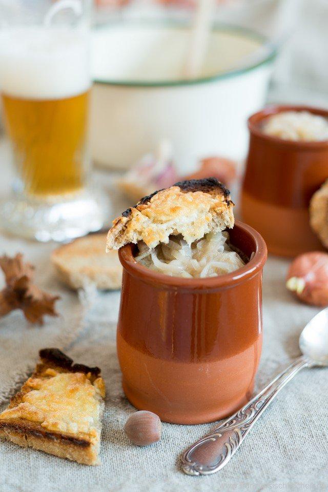 Soupe à l'oignon et à la bière (französische Zwiebelsuppe mit Bier)