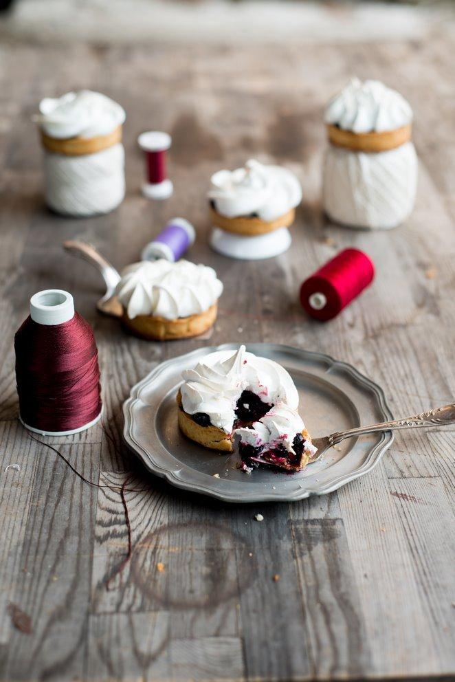 johannisbeertartelettes-mit-baiserhaube-tartelettes-aux-fruits-rouges-et-meringue-dsc7877-kopie