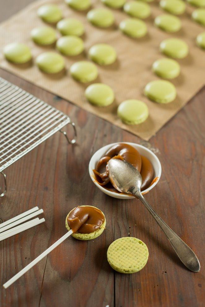 toffee-macarons--salzbutterkaramell-und-schokolade-macarons-michoko-dsc9123-kopie