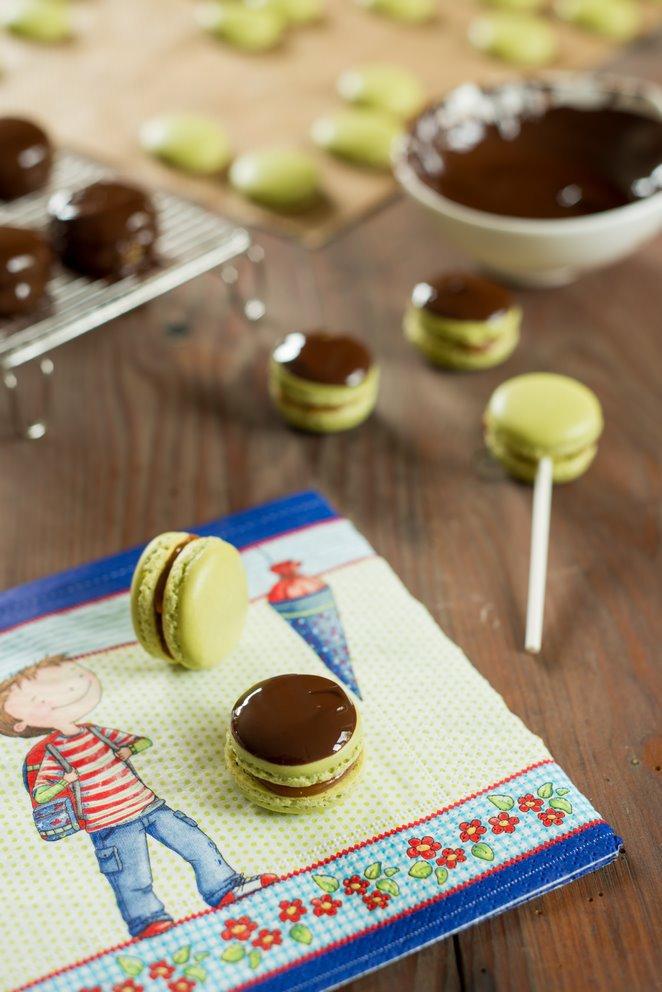 toffee-macarons--salzbutterkaramell-und-schokolade-macarons-michoko-dsc9131-kopie