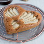 Glutenfreier Kastanienkuchen mit Schoko & Birnen