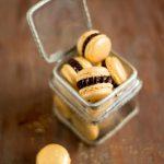 Goldene Macarons mit Nuss-Nougat-Füllung