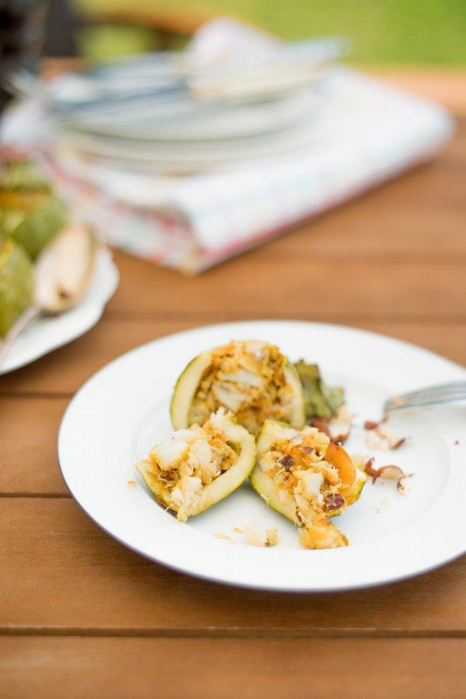 wurzige-gefullte-zucchini-mit-fisch-mohren-und-haselnussen
