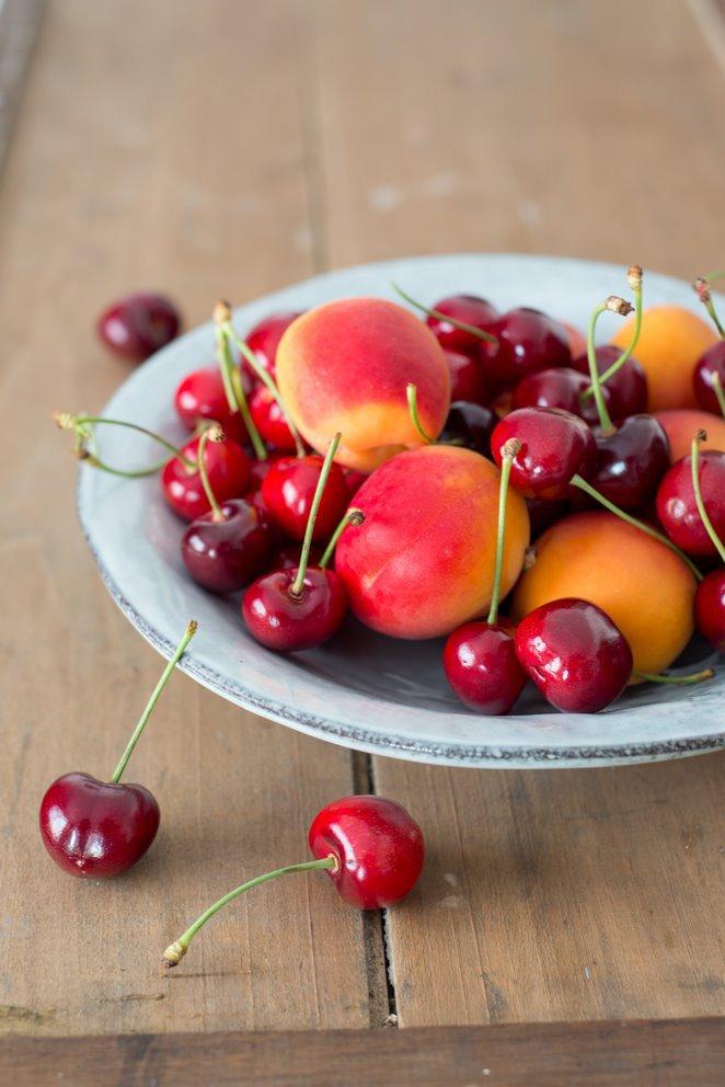 eis-am-stiel-mit-kirschen-und-aprikosen