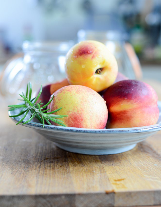 eingemachte-nektarinen-mit-rosmarin-und-mirabellen-conserves-de-nectarines-au-romarin-et-de-mirabelles-en-bocaux