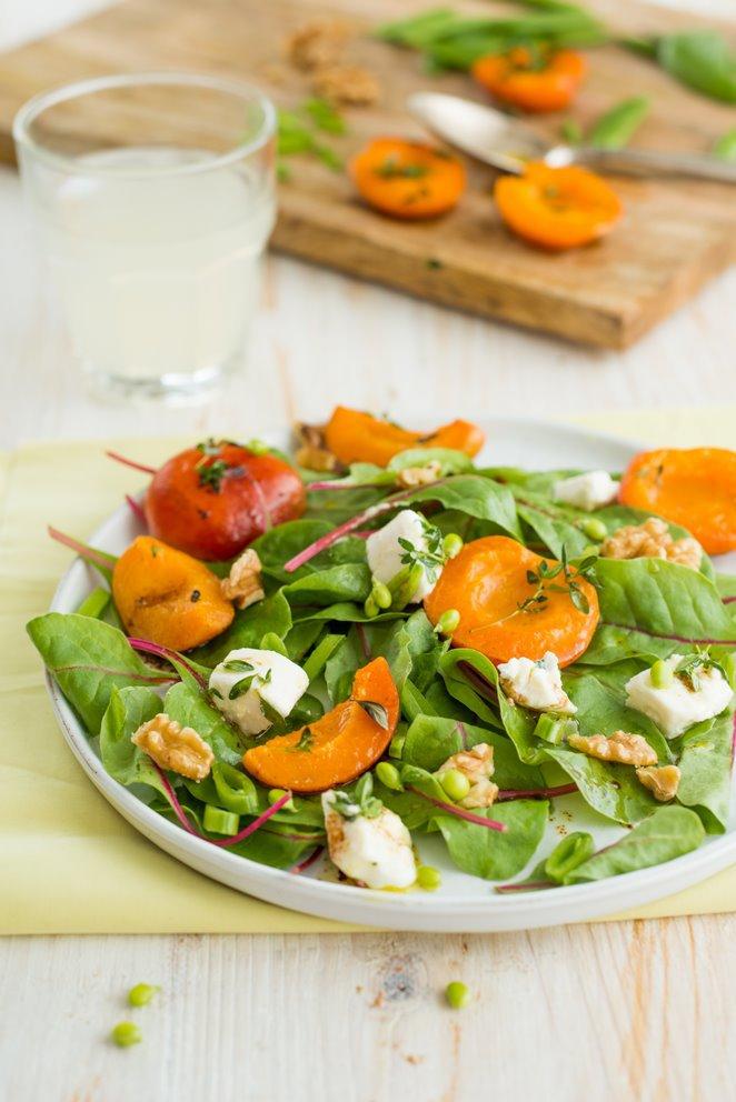 Sommerlicher Salat mit gebratenen Aprikosen und Ziegenkäse