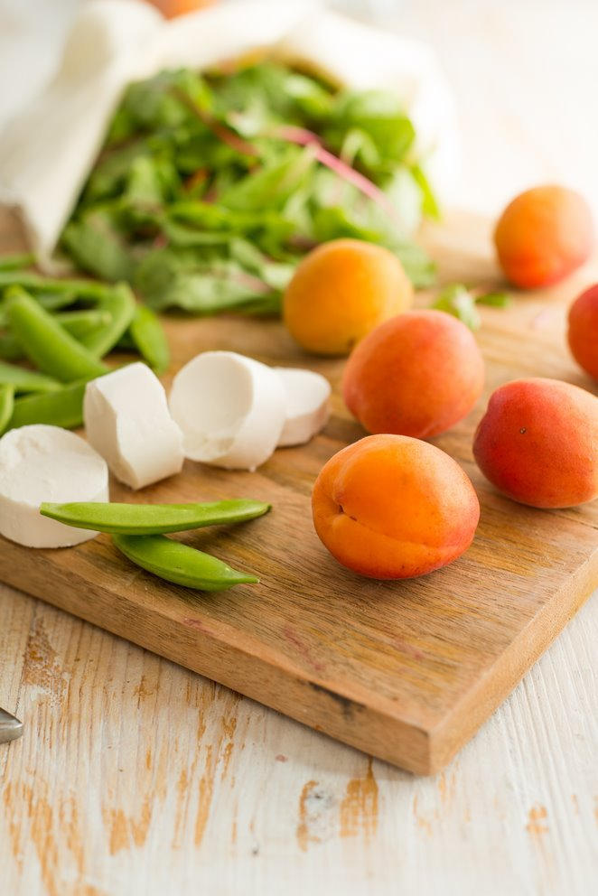sommerlicher-salat-mit-gebratenen-aprikosen-und-ziegenkase