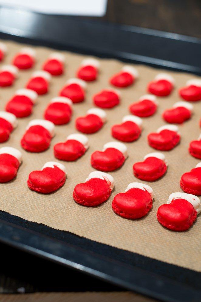 weihnachtsstiefel-macarons--macaron-bottes-de-noel-mit-weisser-schokoladenganache