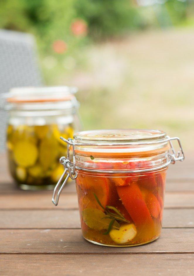 eingelegte-paprika-und-zucchini-mit-piment-despelette-fur-den-aperitif-poivrons-et-courgettes-marines-au-piment-despelette-pour-lapero