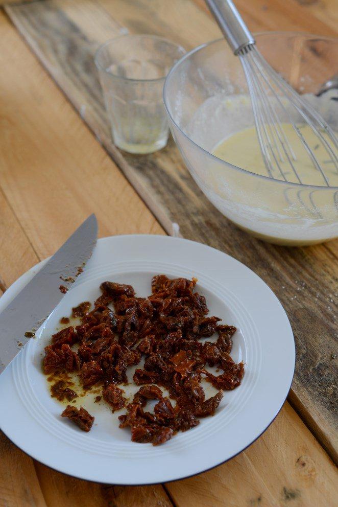 herzhafte-canneles--knabberzeug-fur-den-fernsehabend-teil-2-canneles-sales-pour-lapero-au-fromage-de-chevre-et-tomates-confites