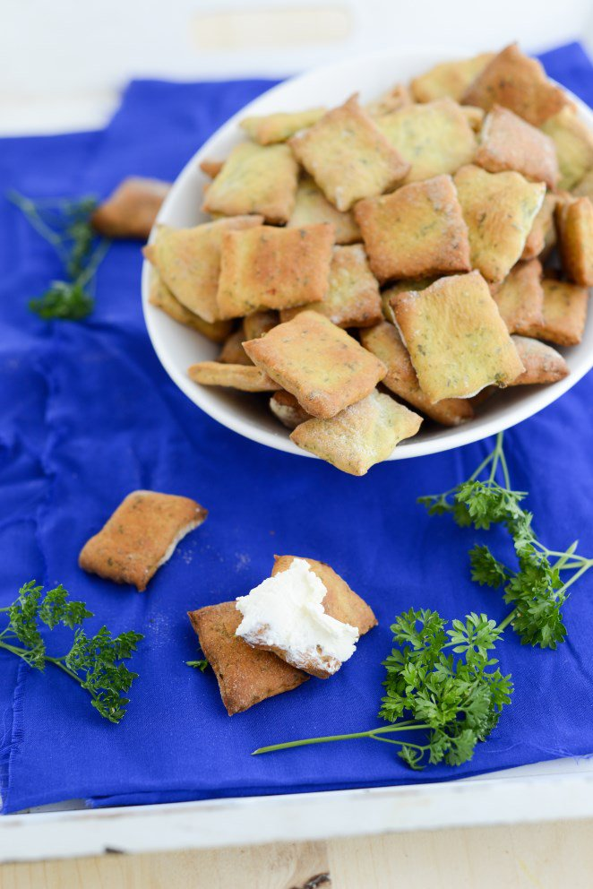 knabberzeug-fur-den-fernsehabend-teil-1-crackers-mit-petersilie