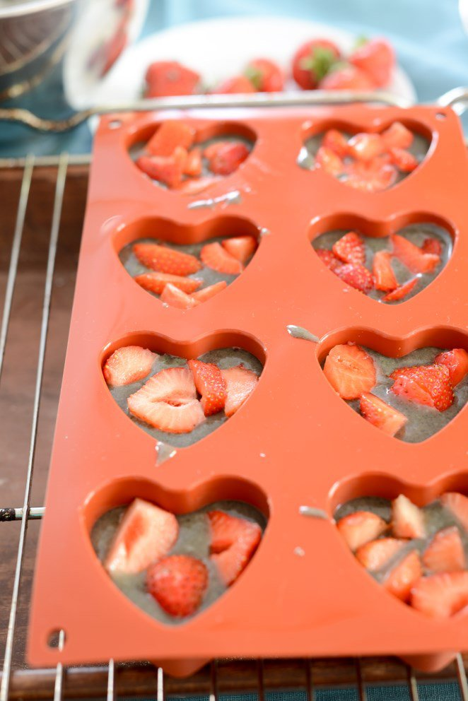 financiers-mit-erdbeeren-und-sesam-financiers-au-sesame-et-a-la-fraise